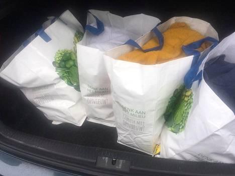 Auton takakontista takavarikoitiin noin 86 kiloa amfetamiinia. Varastosta löytyi kymmenen kiloa lisää.