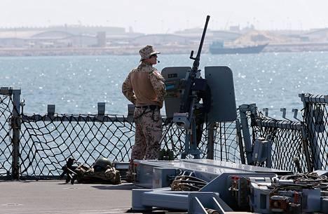Saksan merivoimien sotilas seisoi fregatti Hamburgin kannella Port Rashidissa Dubaissa keskiviikkona.