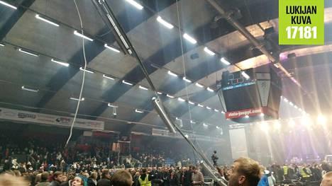 Ilmanvaihtoputki romahti katosta katsojien päälle Raskasta joulua -konsertissa Vaasa Arenassa sunnuntai-iltana.