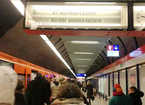 Metron laiturinäytöt eivät toimineet maanantaiaamuna. Kuva on lukijan ottama.
