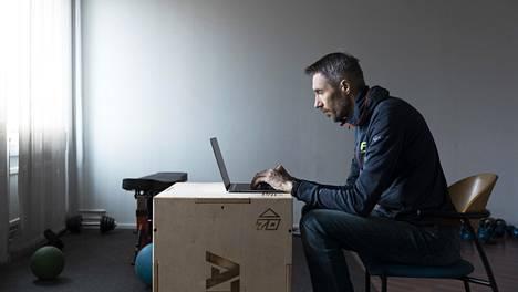 Hiihdon päävalmentaja Teemu Pasanen tietokoneen ääressä Espoon Hiihtoseuran toimistossa, jossa hänellä on edelleen oma työtila.