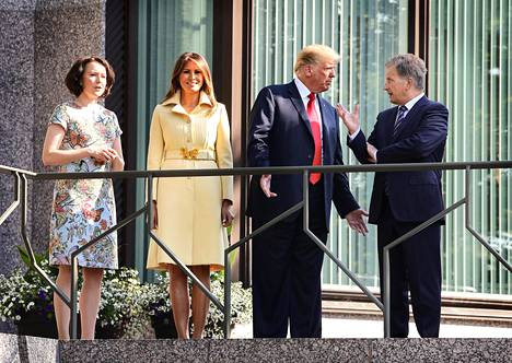 Presidentit Sauli Niinistö ja Donald Trump sekä rouvat Jenni Haukio ja Melania Trump tapasivat aamiaisen merkeissä presidentin virka-asunnossa Mäntyniemessä maanantaiaamuna. Tilaisuuden yhteyteen oli järjestetty kuvausmahdollisuus Mäntyniemen parveketerassille.