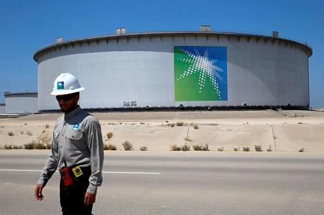 Öljyn hinta on ollut laskussa, kun koronaviruksen jarruttama maailmantalous on heikentänyt öljyn kysyntää tuntuvasti. Kuva Saudi-Arabian öljyntuotantoalueelta Ras Tanurasta.