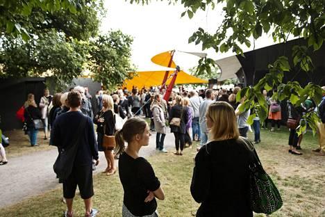Yleisöä Huvilateltan konsertissa kesällä 2015.