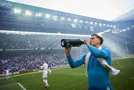 Jesse Joronen juhli sunnuntaina Tanskan jalkapalloliigan mestaruutta Kööpenhaminan Parkenin stadionilla.