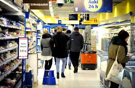 Rautatientorin S-market Helsingissä on auki läpi yön. Kaupat ovat vuoden alusta asti saaneet päättää itse aukioloaikansa.