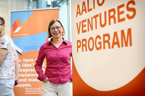 """Aalto-yliopistossa valtaosa maisteriohjelmista on englanniksi. """"Välillä tulee tilanteita, että käytetään englanninkielisiä termejä, koska parempia suomenkielisiä ei ole tiedossa"""", sanoo vanhempi yliopiston lehtori Stina Giesecke."""