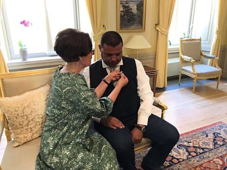 Suomen Tukholman-suurlähettiläs Liisa Talonpoika luovutti hengenpelastusmitalin ruotsalaiselle Hassan Zubierille.