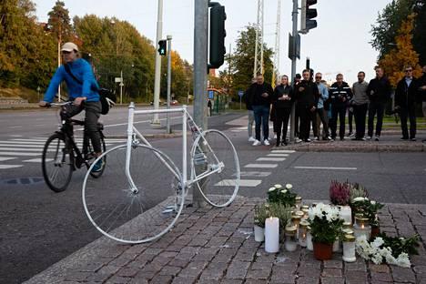 Onnettomuudessa kuolleen miehen ystävät kokoontuivat lauantaina illansuussa turmapaikalle laulamaan laulun. Mukanaan he toivat valkoiseksi maalatun pyörän ja kynttilöitä.
