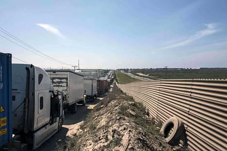 Rekat jonottivat Meksikon puolella Yhdysvaltain-vastaisella rajalla tiistaina.