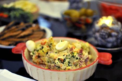 Venäjällä majoneesipohjainen salat olivier kuuluu uudenvuodenaaton juhlapöytään.