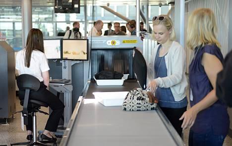 Turvatarkastus turvatarkastuspisteessä Helsinki-Vantaan lentokentällä toukokuussa 2014.