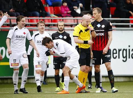 HIFK:n Tommi Vesala piteli kurkkuaan sen jälkeen kun PK-37 Njazi Kuqi oli käynyt häneen käsiksi lauantaina pelatussa ottelussa.