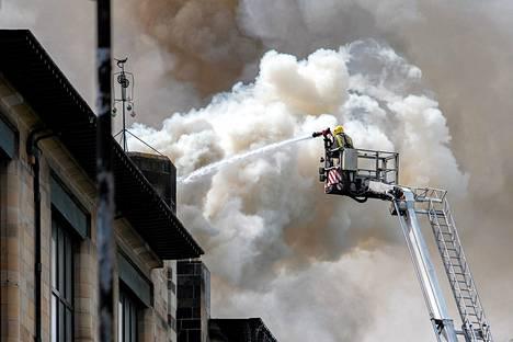 Palokunta sammuttaa arvorakennuksessa syttynyttä tulipaloa.