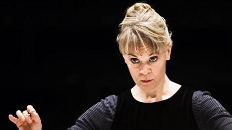 Susanna Mälkki johtaa kaupunginorkesteria.