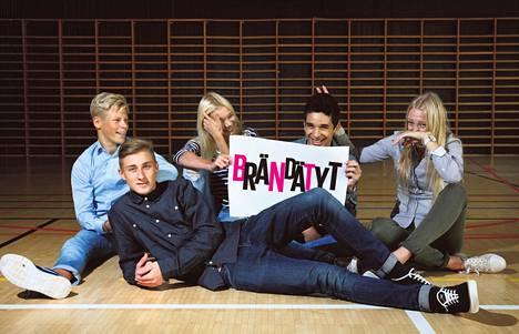 Eetu Kärkkäinen, 14, Lari Jylhä, 15, Jenny Peltonen, 15, Imaddine El-Asri, 15, ja Nea Vidgren, 15, ovat Helsingin Maunulan yläkoulun ysiluokkalaisia.