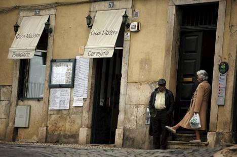 Nainen esittelee kenkäänsä miehelle Alfaman kaupunginosassa Lissabonissa Portugalissa.