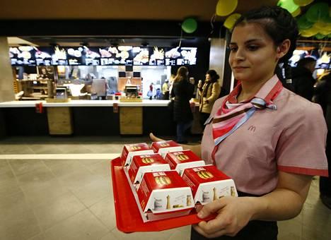 Yhdysvaltalaisen McDonald's-pikaruokaketjun työntekijä kantoi hampurilaisia Moskovan keskustassa sijaitsevassa ravintolassa viime tammikuussa.