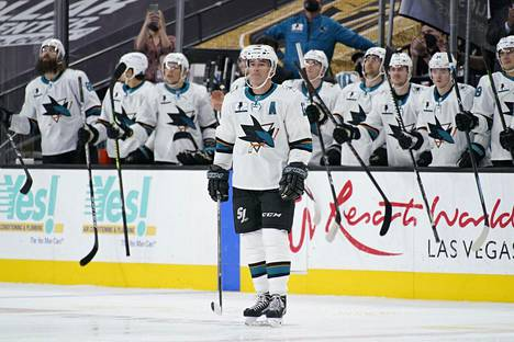 Kaukalossa seisovaa San Jose Sharksin sentteriä Patrick Marleauta muistettiin pelin aluksi.