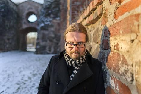 Kirjailija Marko Hautalan viimeisimmässä kirjassa liikutaan palossa tuhoutuneen Vanhan Vaasan kirkon raunioilla. Sitä kirjoittaessaan Hautala aloitti päivänsä aina kävelemällä raunioita ympäri.