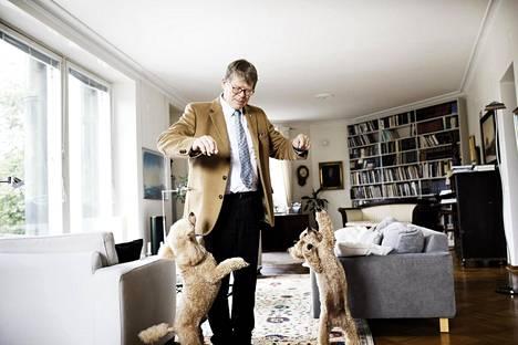 Historiantutkija Martti Häikiö asuu Helsingin Ullanlinnassa. Kuvassa myös villakoirat Valo ja Lumo.
