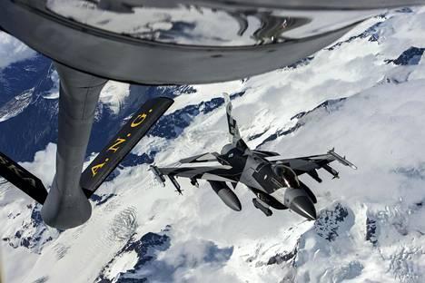 F-16-hävittäjä lentää KC-135 Stratotanker -ilmatankkauskoneen vieressä viime vuoden kesäkuussa pidetyssä Red Flag Alaska -harjoituksessa.