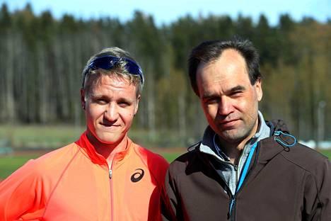 """Nykyinen ja entinen SE-mies samassa kuvassa. Veli-Matti """"Aku"""" Partanen (vas.) rikkoi keskiviikkona Valentin Konosen Suomen ennätyksen viiden kilometrin kävelyssä."""