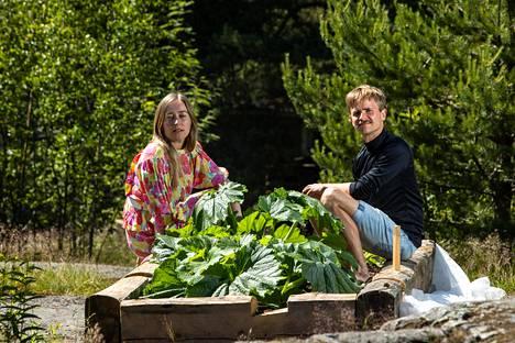 Anni ja Hannes Mikkelsson ovat istuttaneet muun työryhmän kanssa kasveja taiteilija Hannes Aleksi Hyvösen hirsistä rakentamiin kukkapenkkeihin.
