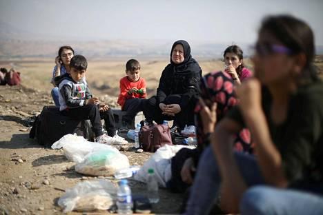 Ryhmä kurdipakolaisia odotti maanantaina pääsyä Irakiin Semalkan rajanylityspaikalla.