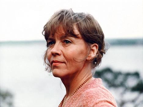 Liisa (Sirkku Grahn) viettää yötä meren rannalla.