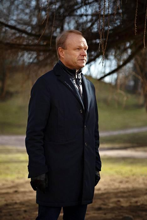 Pekka Lundmark tekee nyt töitä kotona perheensä parissa niin kuin moni muukin. Kuvausta varten hän lähti kävelylle Koffin puistoon.