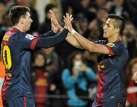 Lionel Messi (vasemmalla) juhli eilen maaliaan Alexis Sanchezin kanssa Barcelonan voitettua 2-0.
