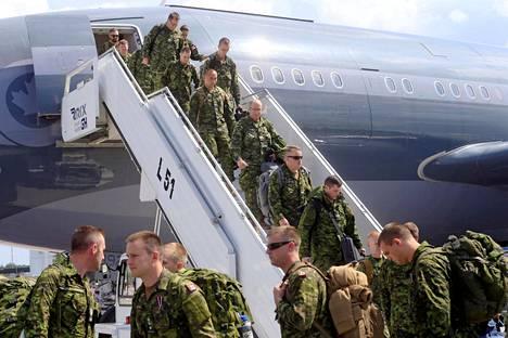 Kanadalaissotilaita Latviaan tuonut kone laskeutui Riian lentokentälle 10. kesäkuuta.