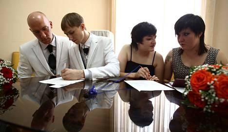 Juri Gavrikov ja Maksim Lysak sekä Ilmira Šaihraznova ja Jelena Jakovleva yrittivät virallistaa parisuhteensa rekisteröintitoimistossa Pietarissa kesäkuun lopulla. Viranomaiset eivät hyväksyneet hakemuksia. Venäjän laki ei salli samaa sukupuolta olevien rekisteröityä parisuhdetta.