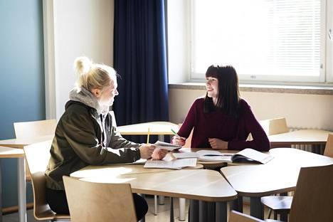 Jemina Karttunen ja Erica Svärd opiskelevat lähihoitajiksi Stadin ammattiopistossa. He ovat ylpeitä tulevasta alastaan mutta ihmettelevät lyhyitä päiviä.