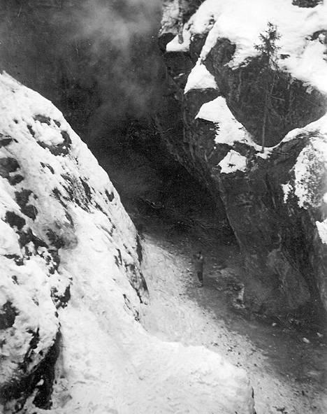 Heikki Pirhonen ikuistettiin kaivoskuilun pohjalla vuonna 1954.