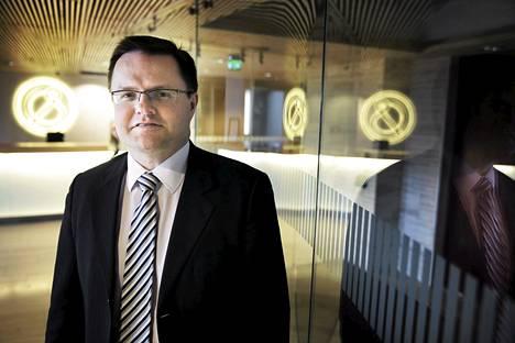 Asianajajaliiton puheenjohtajan Mika Ilveskeron mukaan Suomen kymmenestä suurimmasta asianajotoimistosta yli joka toisessa toimiston osakkaiden omistus- ja palkkajärjestelyt on hoidettu holdingyhtiöitä käyttämällä.