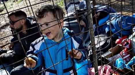 Kolmivuotias Mahmud al-Hajmalek asuu muutaman neliömetrin rautakehikoista kyhätyssä häkissä.