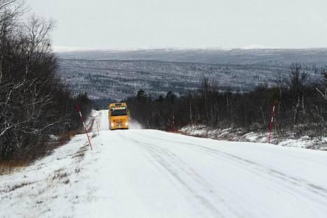 Rekka ajoi lumisella tiellä lauantaiaamuna lähellä Karigasniemen kylää Utsjoella.