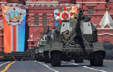 Venäläisiä panssarihaupitseja voitonpäivän paraatissa Moskovassa vuonna 2018.