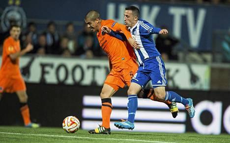 Kuuluuko Erfan Zeneli (oik.) HJK:n avaukseen? Tässä taisteluparina Club Bruggen Francisco Silva.