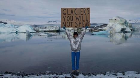 Yhden hengen mielenosoitus sulavan jäätikön vieressä on myös viesti tuleville sukupolville. Still-kuva Nastja Säde Rönkön videoperformanssisarjasta For those yet to be (2016–2017).