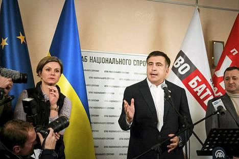 """Georgian entinen presidentti Mihail Saakašvili kannusti ukrainalaisia   """"olemaan kärsivällisiä"""" Kiovassa lauantaina."""