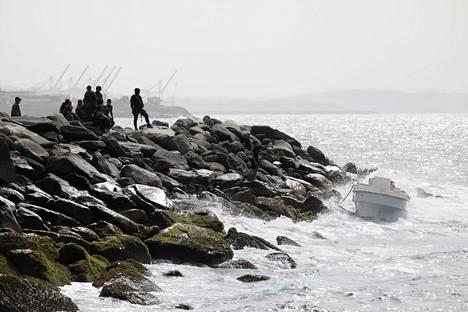 Venezuelan erikoisjoukot katselivat rantaa tyhjän veneen vieressä sunnuntaina Macutossa lähellä La Guairan satamakaupunkia.