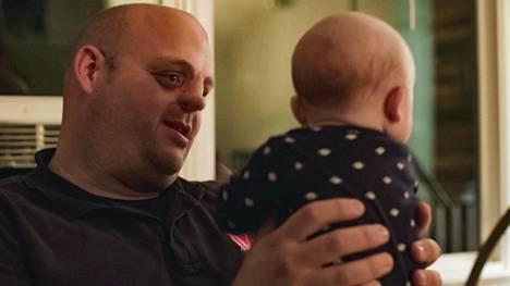 Bucky syntyi DuPont-yhtiössä työskenneelle äidille pahasti epämuodostuneena. Aikuisena hän pelkäsi, että teflonin aiheuttamat vauriot periytyvät hänen omalle lapselleen.