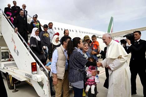 Paavi Franciscus otti vastaan joukon syyrialaisia turvapaikanhakijoita italialaisella lentokentällä huhtikuussa 2016.