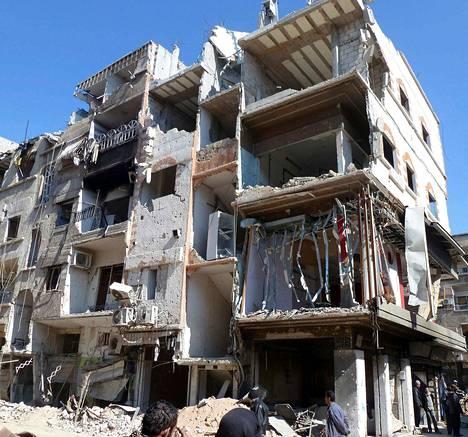 Talous on romahtanut. Sodan taloudelliset tuhot ovat mittaamattomat. Viime kesänä niiden arvioitiin olevan noin 60 miljardia euroa. Maan öljyntuotanto on vähentynyt 96 prosenttia. Kuvassa näkyy vahingoittuneita rakennuksia Damaskoksesta etelään sijaitsevalla Jarmukin pakolaisleirillä helmikuun puolivälin paikkeilla.
