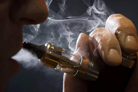 Sähkösavukkeita käyttävien tupakoivien aikuisten määrä on kasvussa.