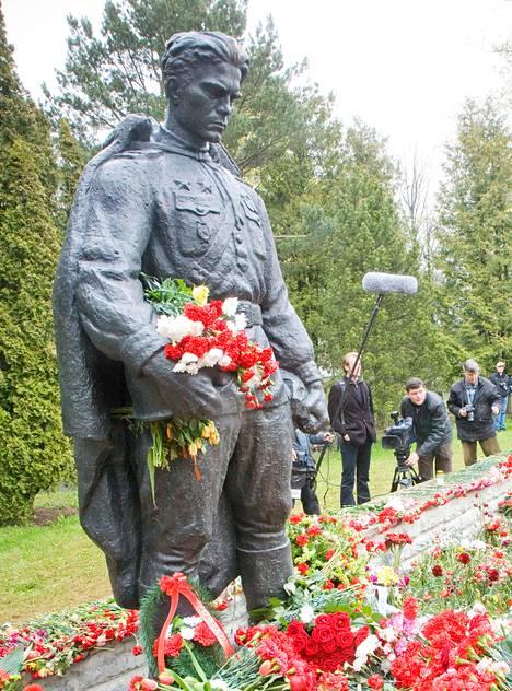 Pronssisoturi siirrettiin Tallinnan keskustasta hautausmaalle.