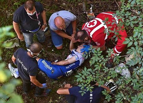 Remco Evenepoel sai nopeasti apua syöksyttyään sillalta rotkoon.